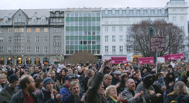 Icelanders-overthrow-government